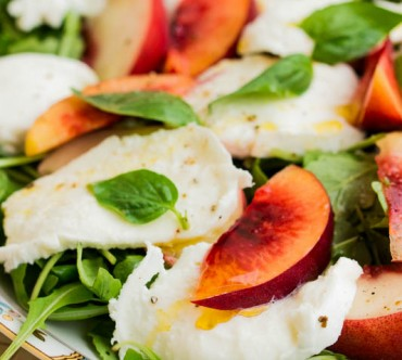 Salade aux Pêches, Mozzarella et Basilic