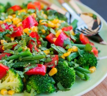 Salade de Brocoli, Maïs, Haricots Verts et Poivron Rouge à la Coriandre