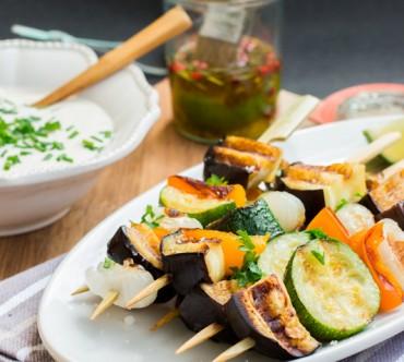 Brochettes de Légumes Grillés, Sauce au Yaourt, Tahin et Menthe