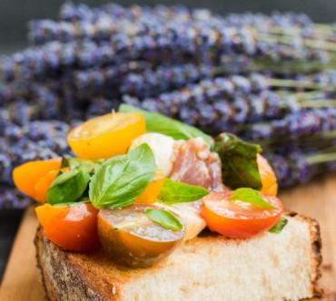 Bruschettas aux Tomates Cerise, Mozzarella, Jambon Cru et Basilic