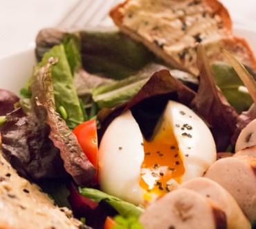 Salade au Boudin Blanc, Oeuf Mollet et Toast au Beurre à la Truffe