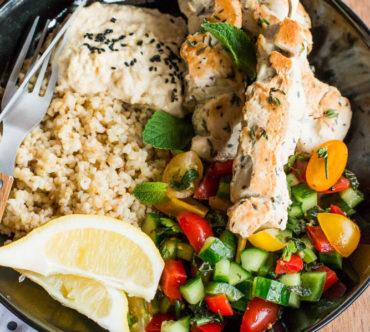 Assiette Complète Libanaise et Brochettes de Poulet au Thym, Citron et à l'Ail