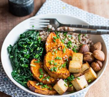 Assiette Complète d'Automne: Butternut, Épinards, Sarrasin, Châtaignes et Tofu Fumé