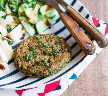 Steak Vegan aux Lentilles, Chou vert, Purée d'Amande et Curry