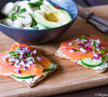 Crackers au Saumon Fumé, Concombre & Oignon Rouge